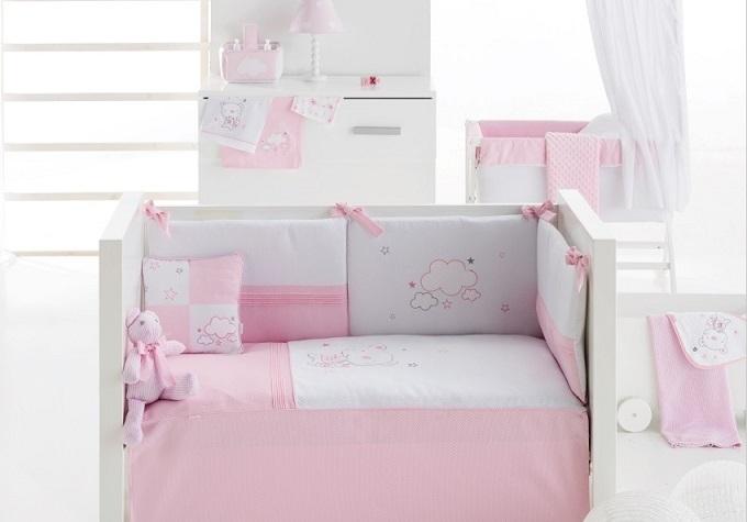 ropa de cuna en color rosa con osito bordado muy bonita